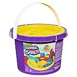 Kinetic Sand 6058787, 2,72 kg Eimer mit 3 Sandfarben und 3 Werkzeugen für kreatives Spielen, für Kinder ab 3 Jahren